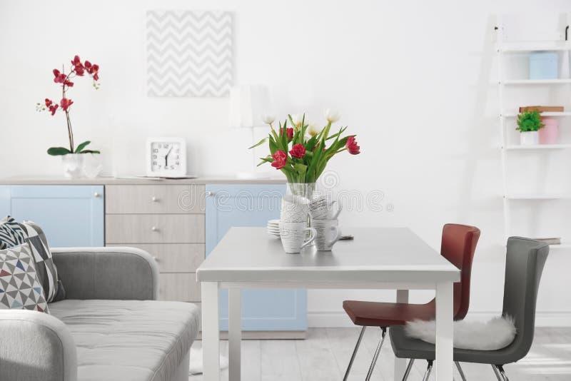有桌的现代客厅 免版税库存图片