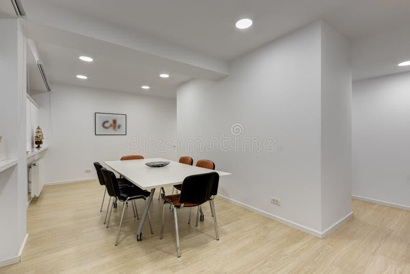 有桌的现代办公室会议室 库存图片