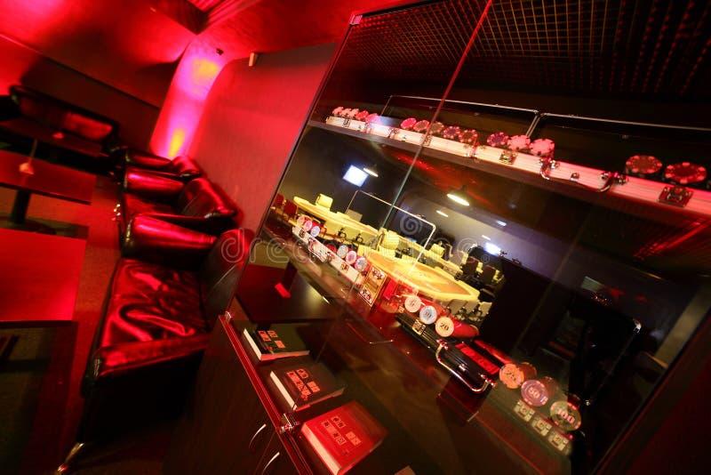 有桌的黑暗和时兴的赌博娱乐场 库存照片