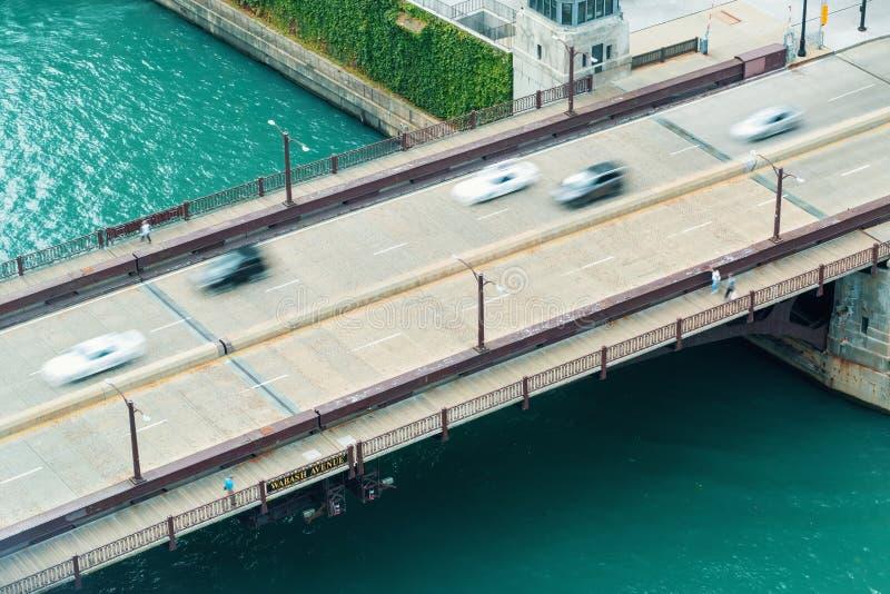 有桥梁交通的芝加哥河 免版税库存照片