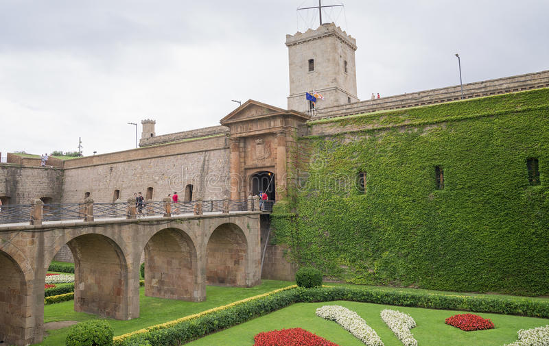 有桥梁和塔的古老堡垒 免版税库存照片