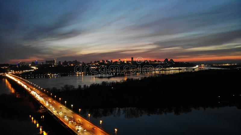 有桥梁和河的城市 免版税库存照片