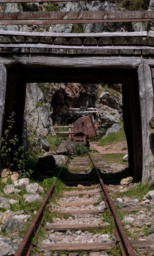 有桥梁和路轨的老矿用汽车 免版税库存图片