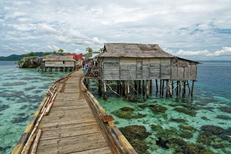 有桥梁的传统bajo村庄和在Togean海岛上的木房子在中央苏拉威西岛,印度尼西亚 免版税库存照片