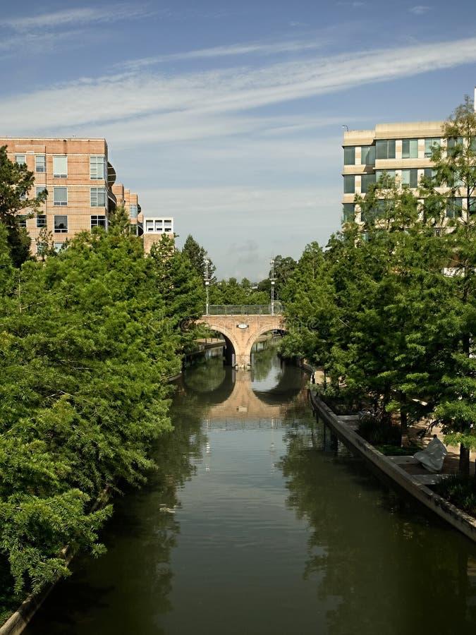 有桥梁的水路在森林地TX 免版税库存照片