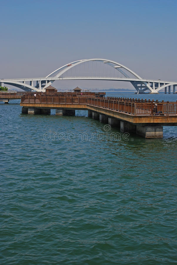 有桥梁的浮动的平台在厦门 免版税库存照片