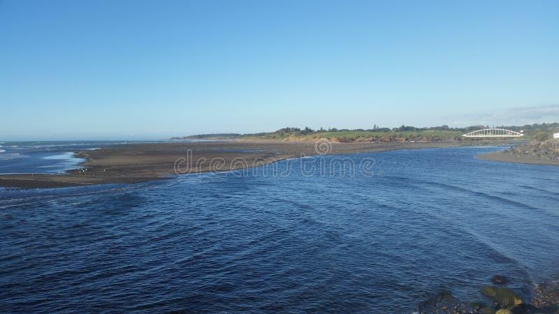 有桥梁的Taranaki河 免版税库存图片