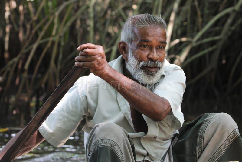 有桨的人 画象 本托特河,斯里兰卡 图库摄影