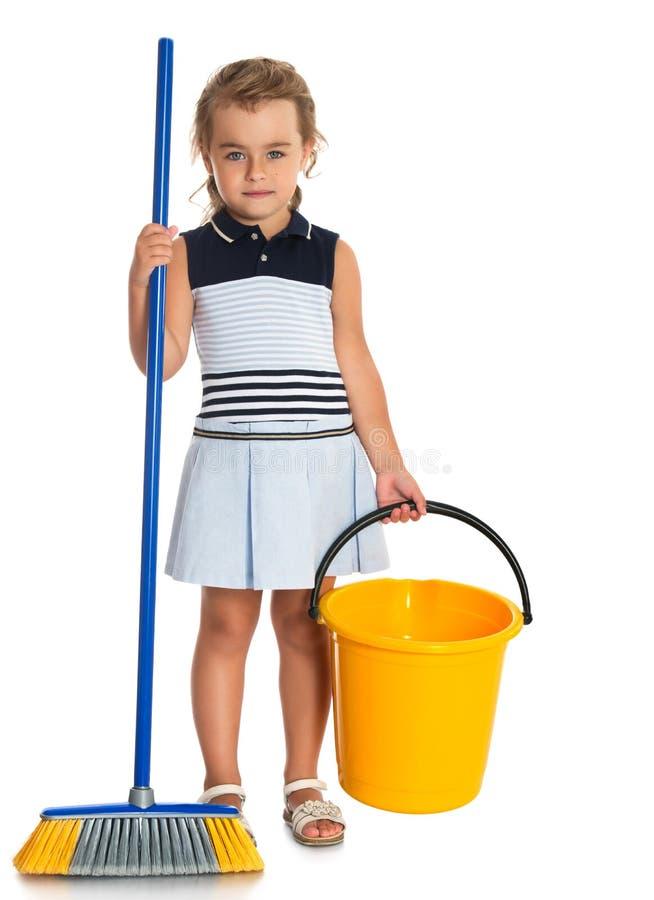 有桶和刷子的女孩 免版税库存图片