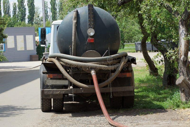 有桶的工业汽车抽下水道 免版税库存图片