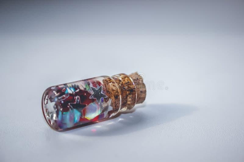 有梦想的一些小的玻璃瓶在春天森林 库存图片
