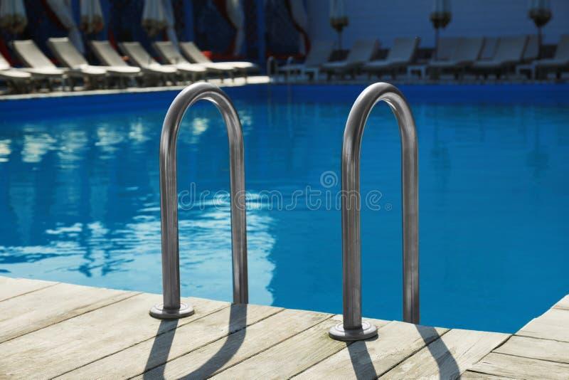 有梯子的现代游泳场在 免版税库存图片