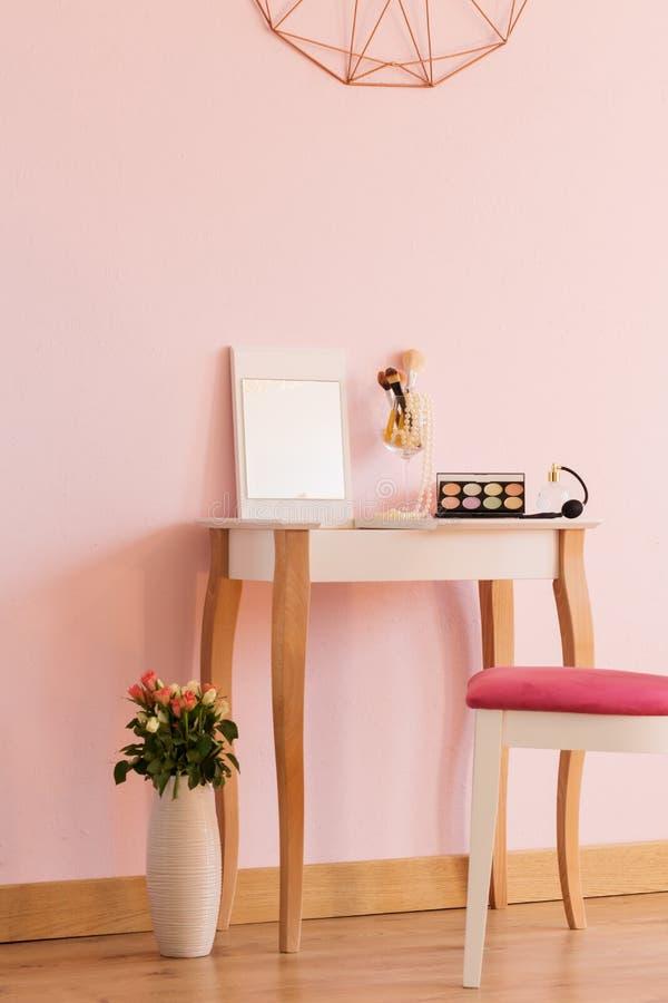 有梳妆台的妇女室 图库摄影