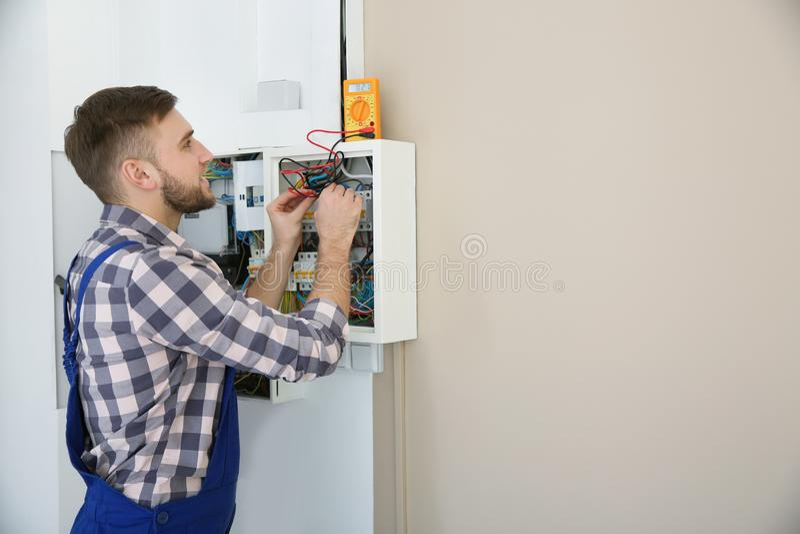 有检查电压,文本的空间的测试者的电工 图库摄影
