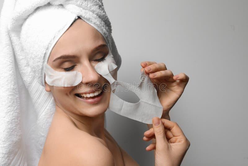 有棉花面孔和眼罩的美女 图库摄影