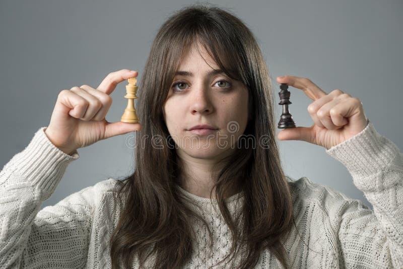 有棋子的妇女 免版税库存照片