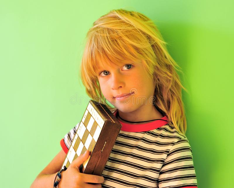 有棋枰的微笑的男孩 免版税图库摄影