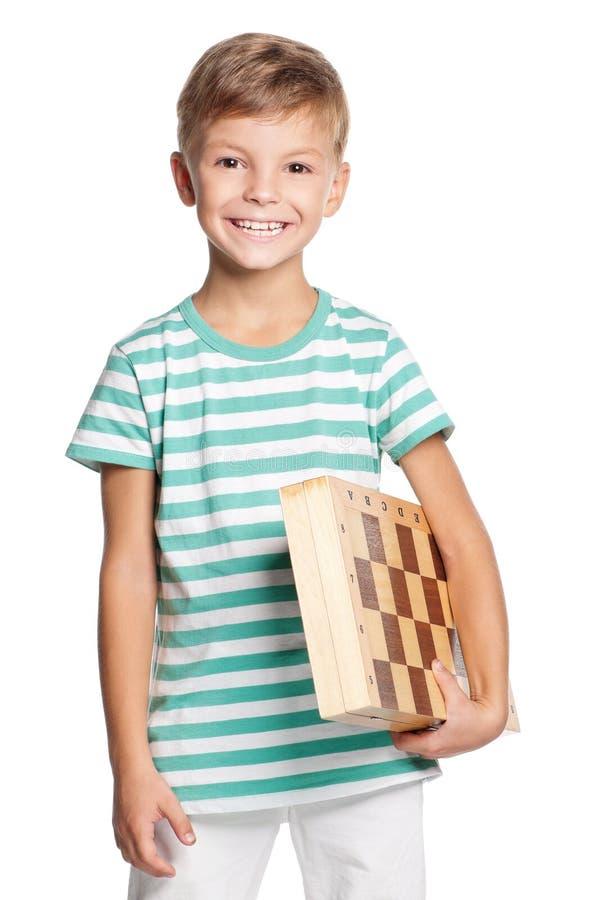有棋枰的愉快的男孩 免版税库存照片