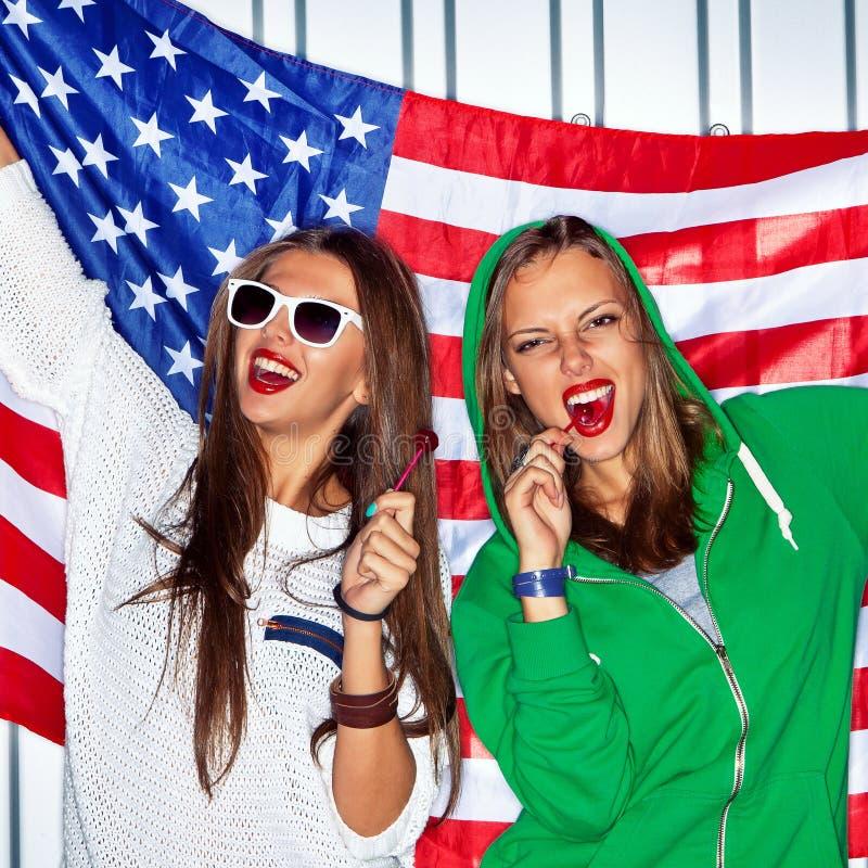 有棒棒糖的美丽的爱国的女孩 免版税图库摄影