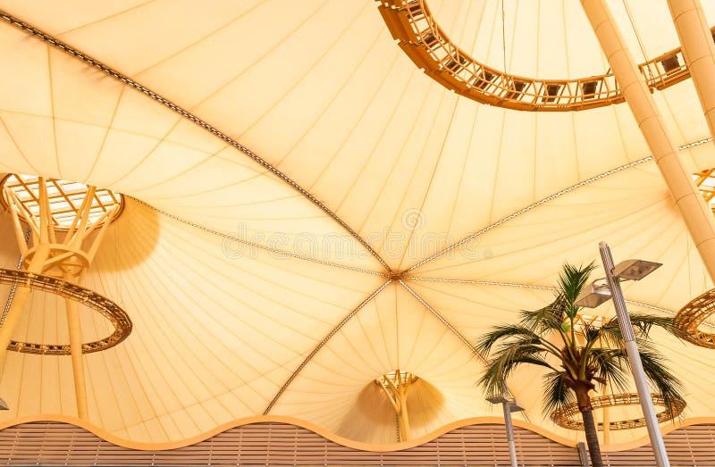 有棕榈树的大黄色帆布帐篷屋顶在热带 库存图片