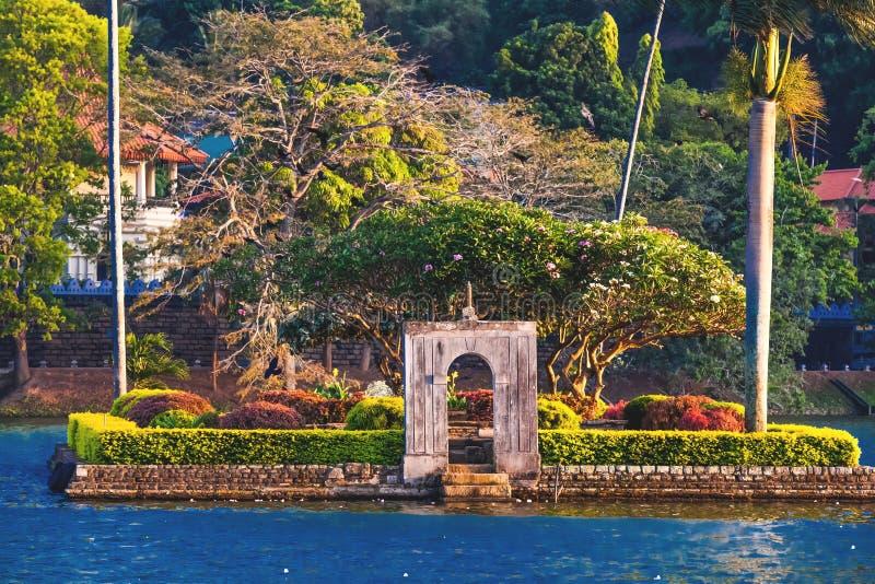 有棕榈树的小海岛在Kandy湖中间 免版税库存图片