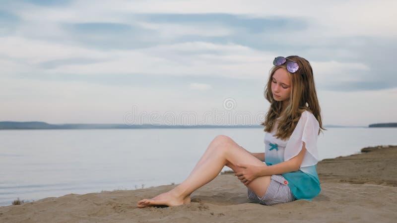 有棕色头发的一个美丽的十几岁的女孩外面在一个美好的夏日 免版税图库摄影