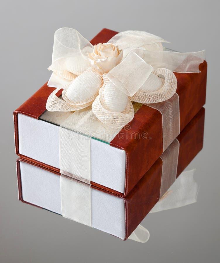 有棕色盖子的礼物盒 库存图片
