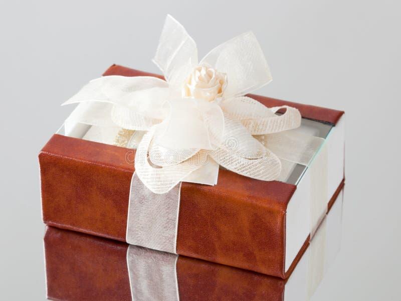 有棕色盖子的礼物盒 免版税库存图片