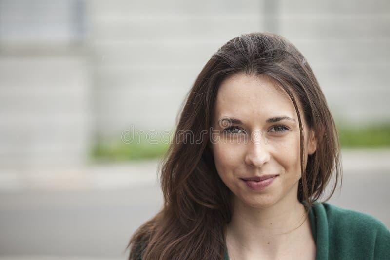 有布朗头发和眼睛的美丽的少妇 库存图片