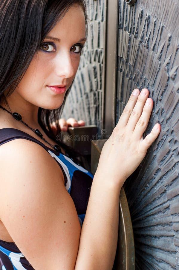 有棕色头发的性感的女孩在礼服时装模特儿 免版税库存照片