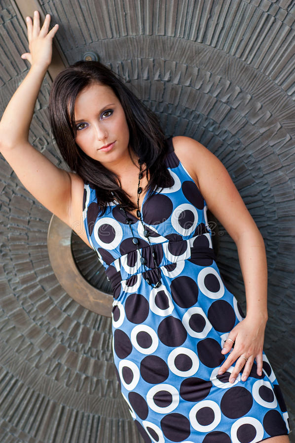 有棕色头发的性感的女孩在礼服时装模特儿 免版税库存图片