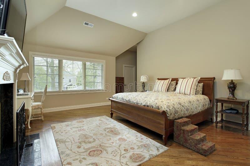 有棕褐色的墙壁的主卧室 库存照片