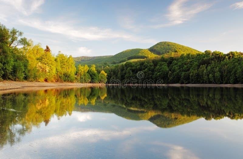 有森林反射的湖, Ruzin水坝,斯洛伐克 免版税库存照片