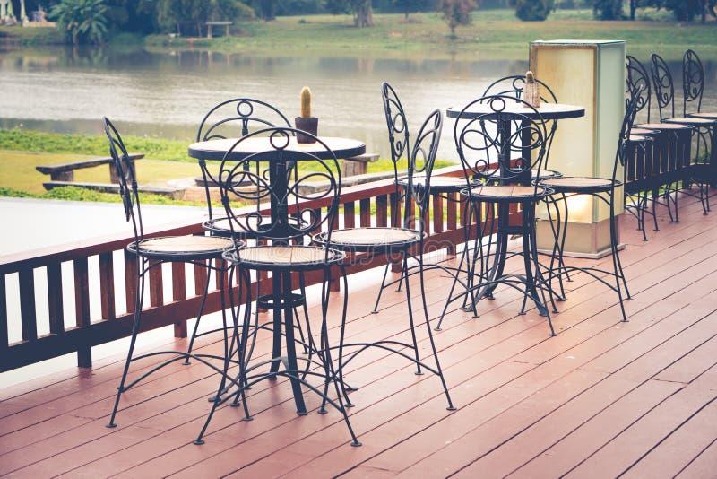 有椅子和桌的,室外咖啡馆葡萄酒灯笼 免版税库存照片