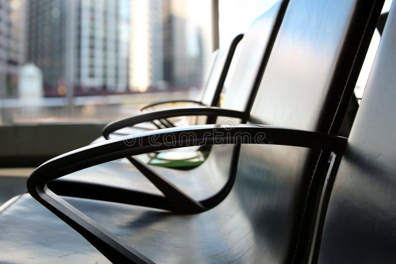 有椅子的业务会议室在行 现代城市在后边窗口里 免版税图库摄影