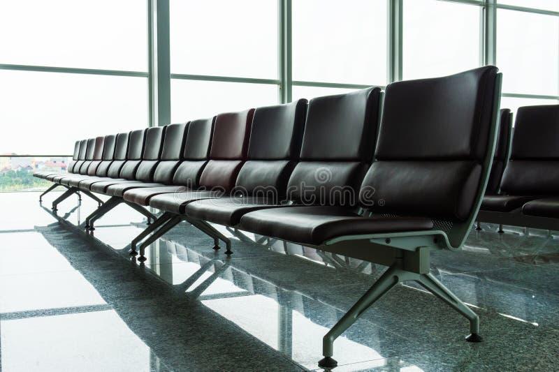 有椅子的空的离开休息室在机场 图库摄影