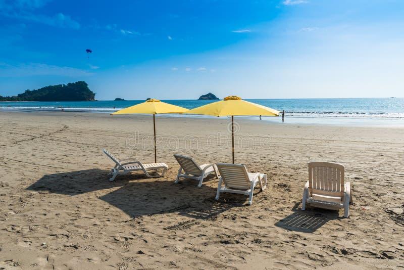有椅子的遮阳伞在曼努埃尔・安东尼奥公园的Playa埃斯帕迪利亚-哥斯达黎加 免版税图库摄影