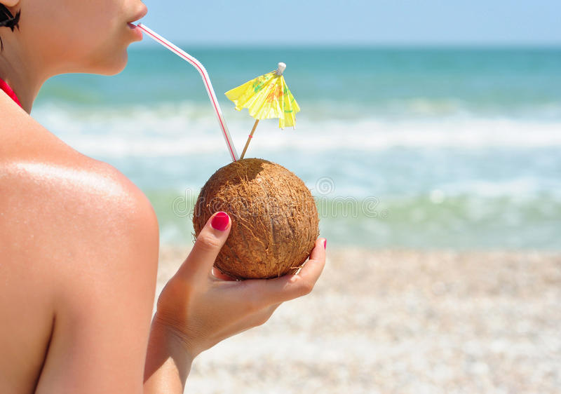 有椰子鸡尾酒的女孩 库存图片