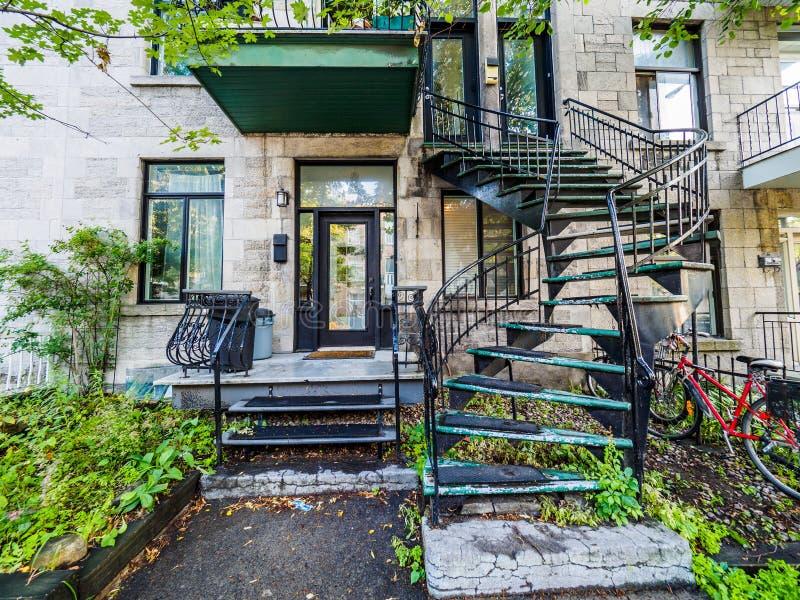 有楼梯的典型的蒙特利尔邻里街道 免版税库存照片