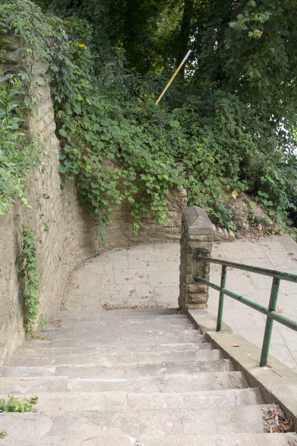 有楼梯的石墙 免版税库存照片