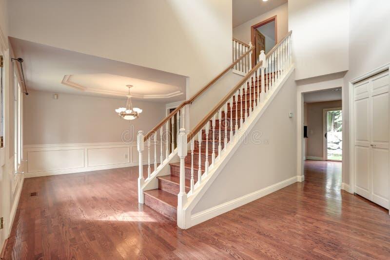 有楼梯的空的入口室 免版税库存图片
