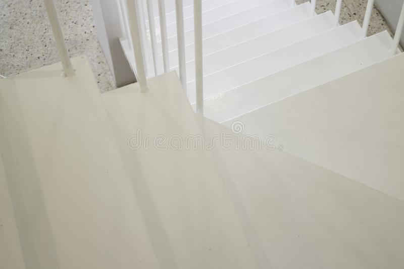 有楼梯的轻的内部客厅 库存图片