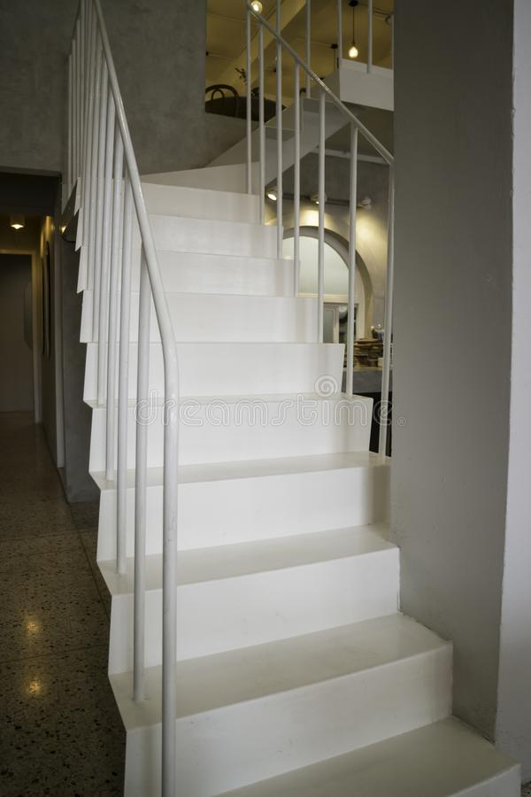 有楼梯的轻的内部客厅 免版税库存图片