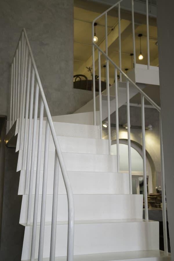 有楼梯的轻的内部客厅 库存照片