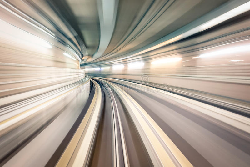 有模糊的铁路轨道的地铁地下地铁隧道 免版税图库摄影