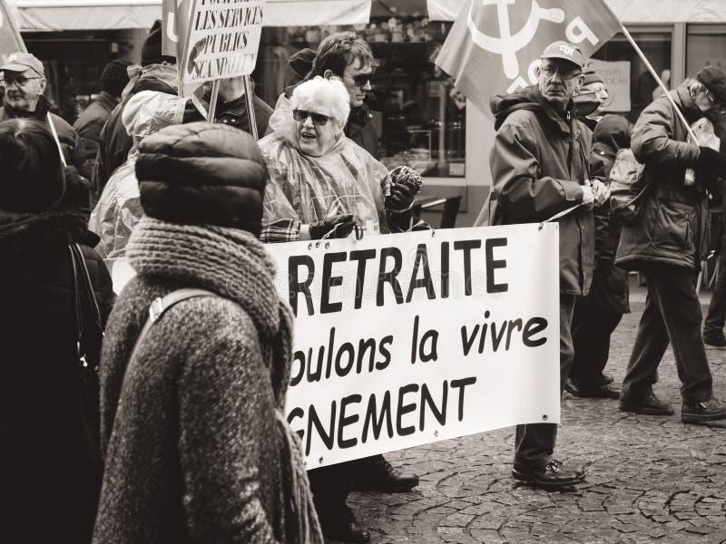 有横幅的前辈在我们要与尊严居住的退休 免版税库存照片