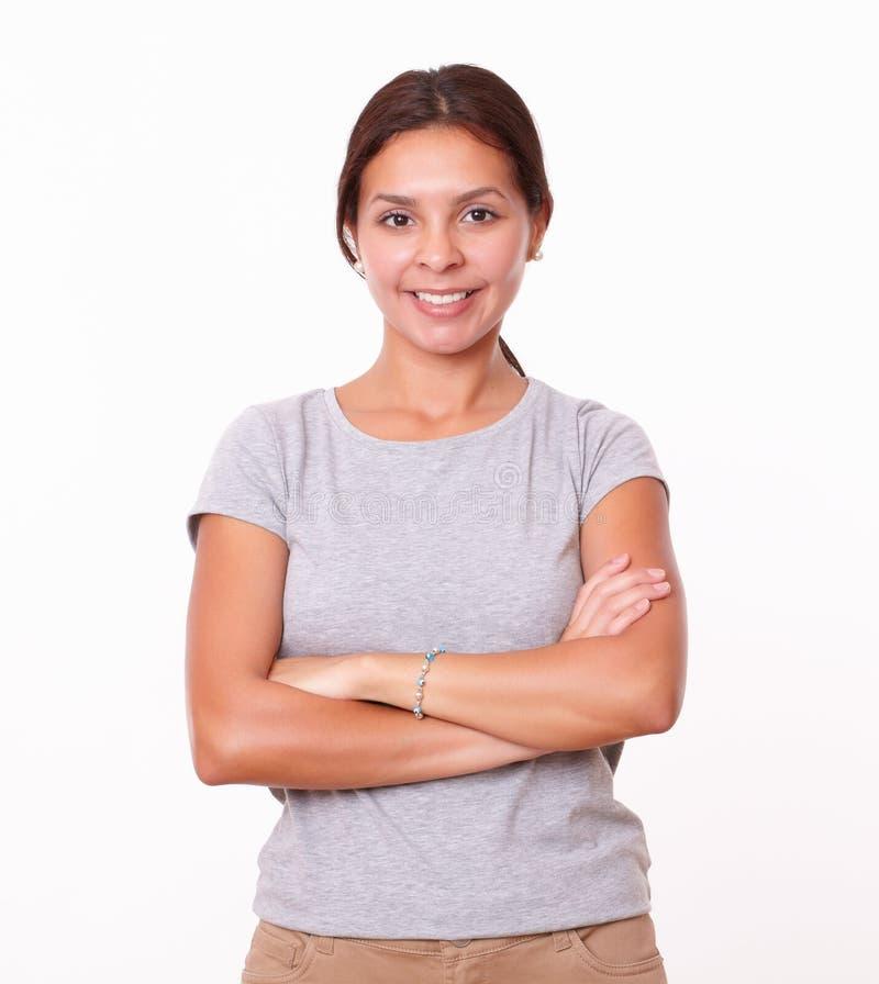 有横渡的胳膊的可爱的拉丁妇女 免版税库存图片