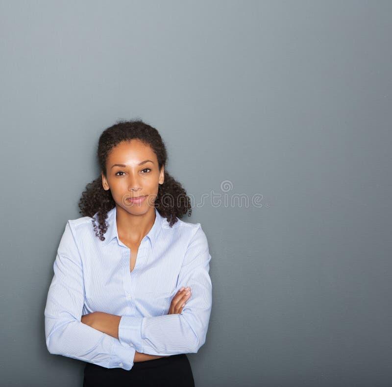 有横渡的胳膊的女性企业人 免版税库存照片