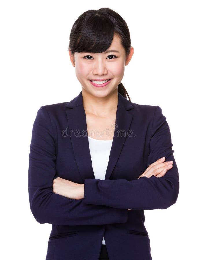 有横渡的胳膊的正式亚裔女商人 免版税库存图片