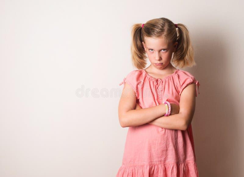 有横渡的胳膊的淘气皱眉的女孩 哀伤,沮丧, stresse 库存图片